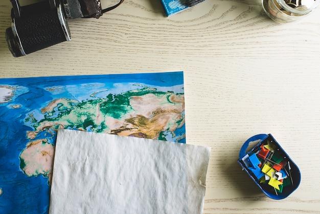 Composición de viaje con punteros de colores y mapa del mundo