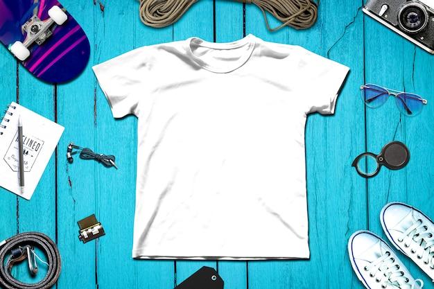 Composición de viaje con ropa y equipo de viaje.