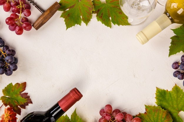 Composición del vino sobre fondo rústico, endecha plana, vista superior