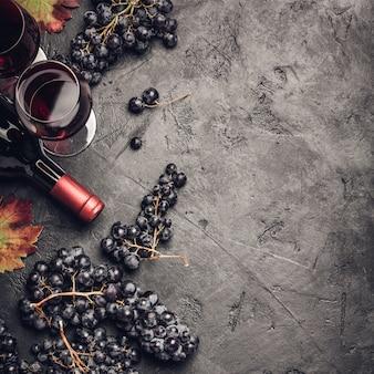 Composición del vino sobre fondo rústico oscuro