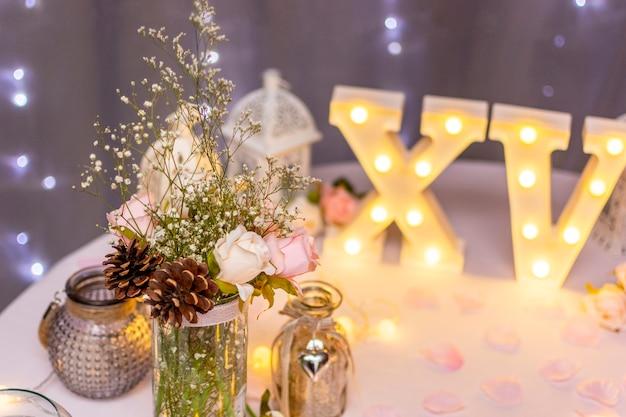 Composición de la vista frontal para la fiesta de quinceañera en la mesa