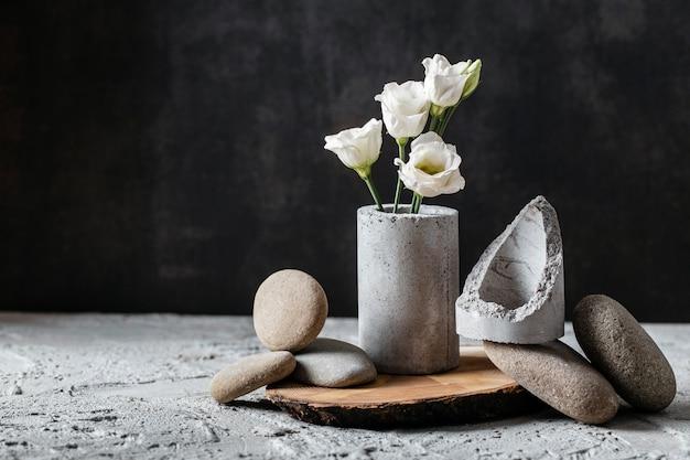 Composición de vista frontal de flores en jarrón gris con espacio de copia