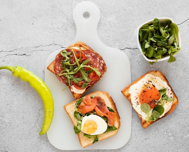 Composición de la vista superior de comida deliciosa sándwiches