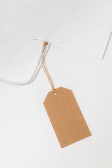 Composición de vista superior de etiqueta reciclable y bolsa de compras