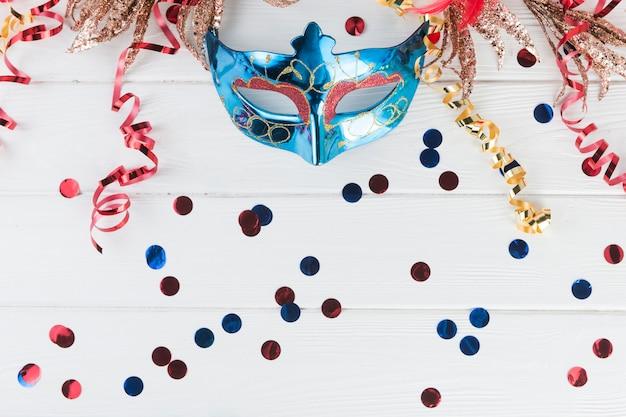 Composición de vista superior con máscara de carnaval