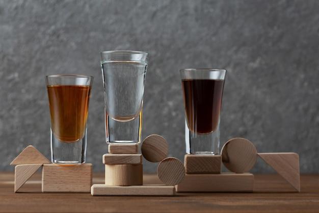Composición con vodka, ron, whisky en vasos.