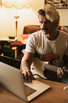 Compositor masculino trabajando en una nueva canción
