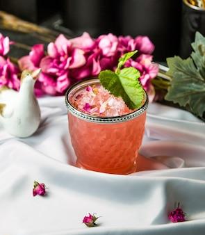 Compost de aroma a flores con cubitos de hielo picados.