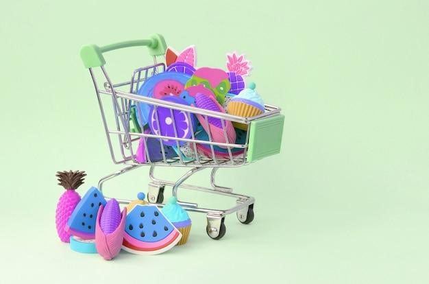 La compra de alimentos y frutas dieta en línea. carrito de compras