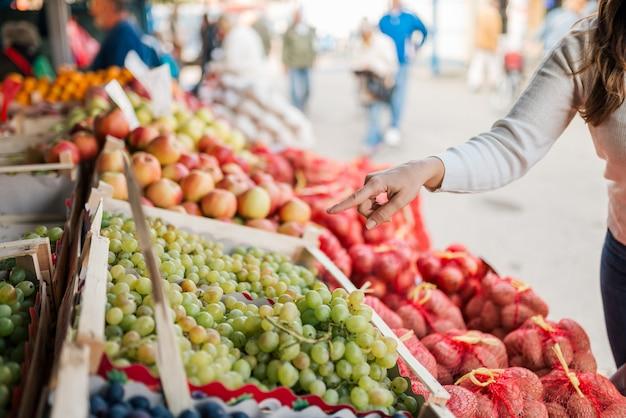 Compra de comestibles en el mercado de agricultores. de cerca.