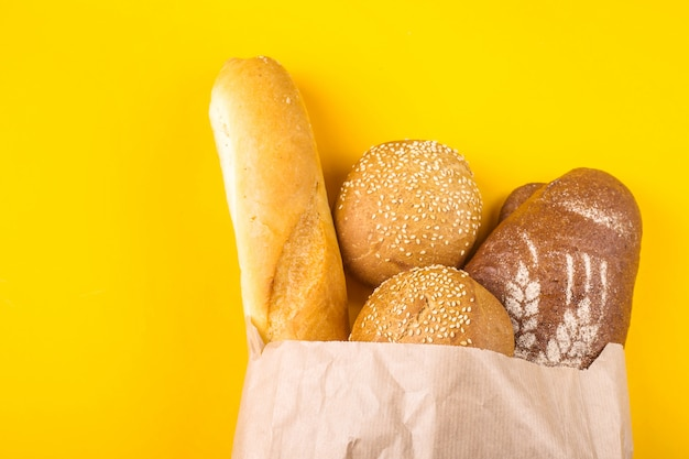 La compra de pan fresco en un concepto de bolsa de papel