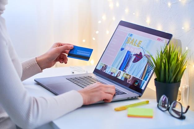 Comprador adicto a las compras que compra en línea y paga bienes y compras con tarjeta de crédito