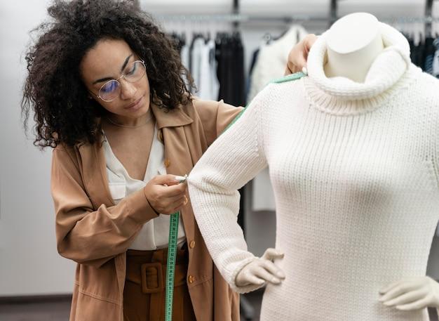 Comprador personal midiendo la ropa