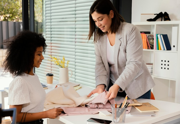 Comprador personal en la oficina con el cliente mostrando pantalones