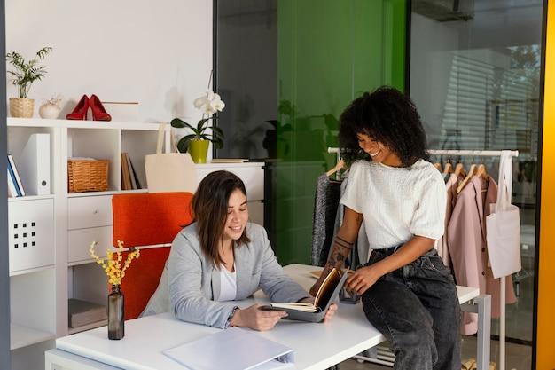 Comprador personal en la oficina con el cliente