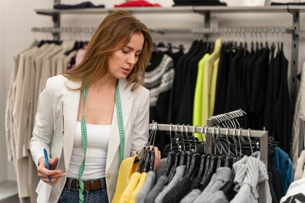Comprador personal en tienda trabajando