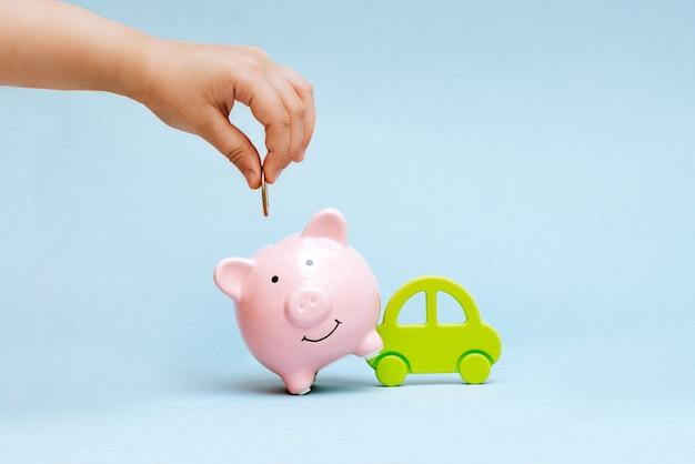 Comprando un carro a crédito y por su efectivo.