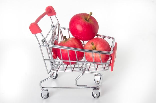 Comprando manzanas. las manzanas en la canasta de comida.