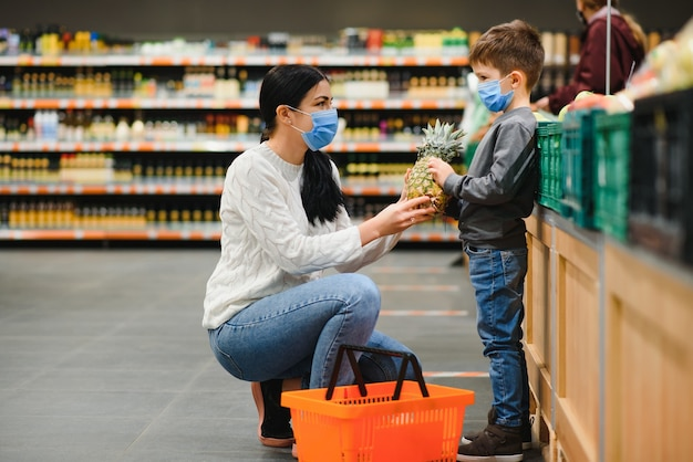 Comprar con niños durante el brote de virus