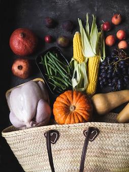 Compras de acción de gracias con aves crudas, verduras y frutas.