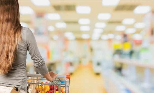 Compras apresuradas: los estantes se desdibujan a medida que pasa el carro