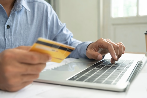Compras comerciales en línea y banca en línea. el cliente que compra en línea paga con tarjeta de crédito.