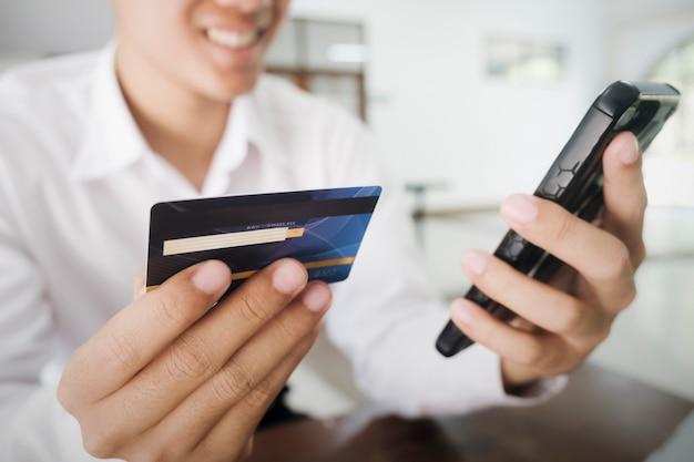 Compras comerciales en línea y banca en línea. cliente que compra online paga con tarjeta de crédito.