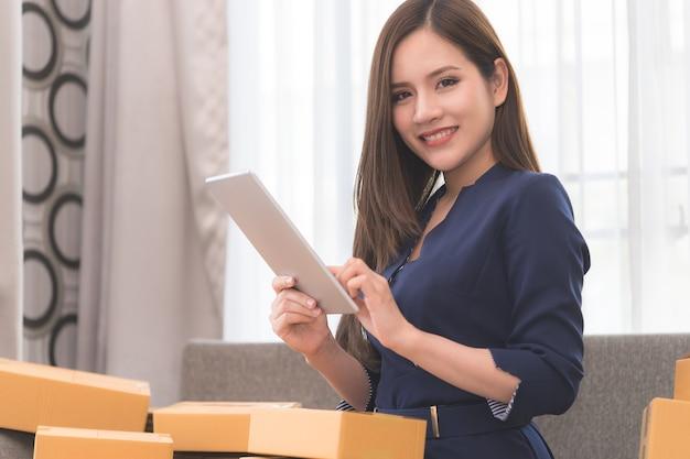 Las compras comerciales en línea están revisando inventario de existencias y orden