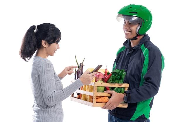 Compras de comestibles en línea. repartidor entregar pedido de comida al cliente aislado sobre fondo blanco.