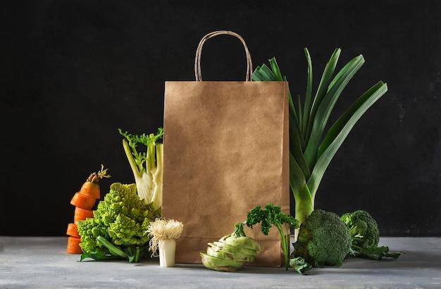 Compras concepto de comida sana. comida saludable con verduras bolsa de papel