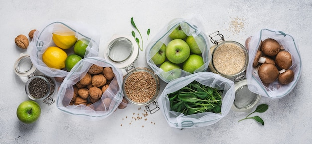 Compras ecológicas con bolsas reutilizables y frascos de vidrio. productos veganos saludables envasados