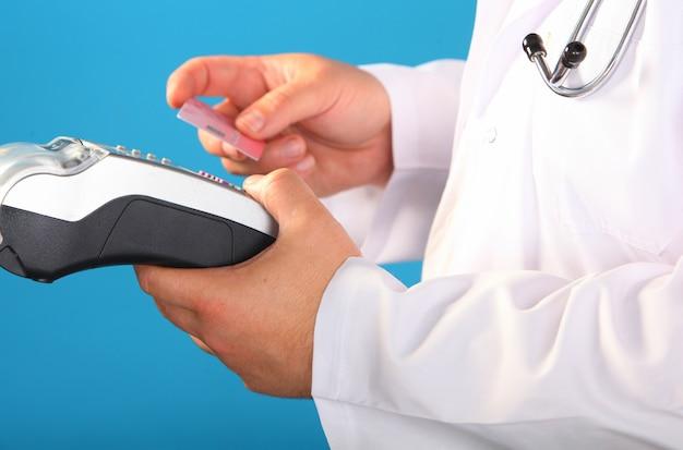 Compras en farmacia. farmacéutico que sostiene el dispositivo de seguridad para el cliente en farmacia.