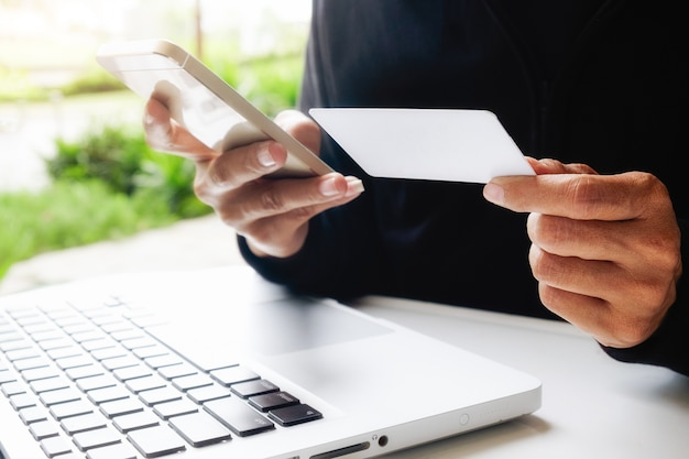 Compras de internet electrónico mujer de teléfono de descanso
