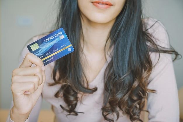 Las compras en línea. cliente que compra en línea paga con tarjeta de crédito