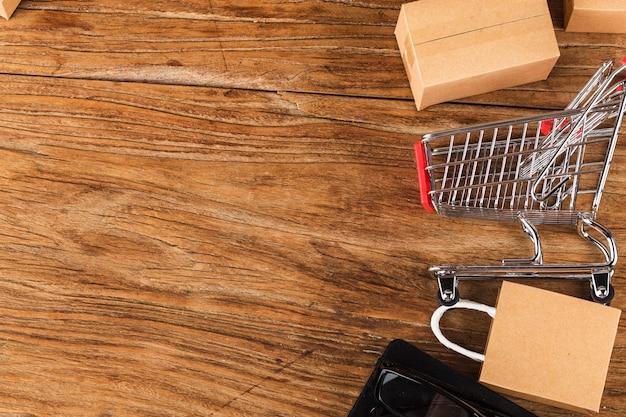 Compras en línea en el concepto de hogar. cartones en un carrito de compras en un teclado portátil.