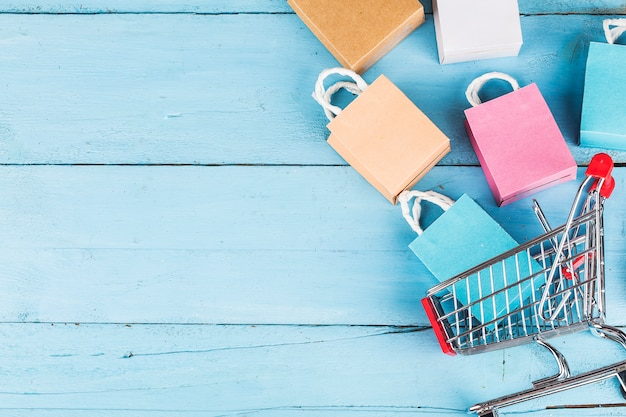 Compras en línea en el concepto de hogar. copyspace de fondo azul