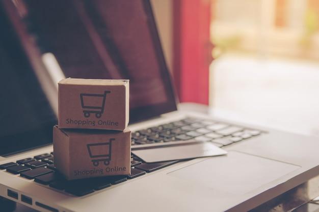 Compras en línea concepto - servicio de compras en la web en línea. con pago con tarjeta de crédito