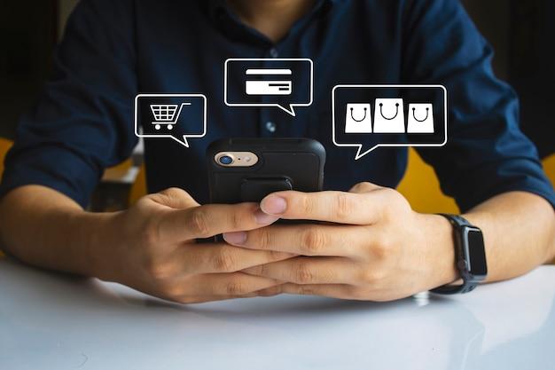 Compras en línea hombres mano sosteniendo mensajes de texto usando móvil