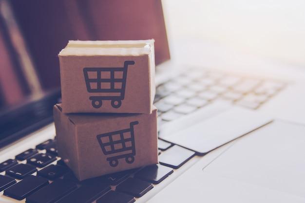 Compras en línea servicio de compras en la web en línea. con pago con tarjeta de crédito en laptop.