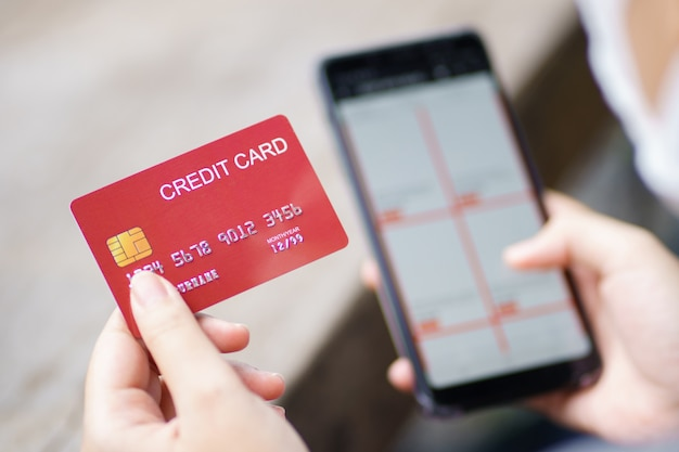 Compras en línea con servicio de entrega de smartphone y bolsas