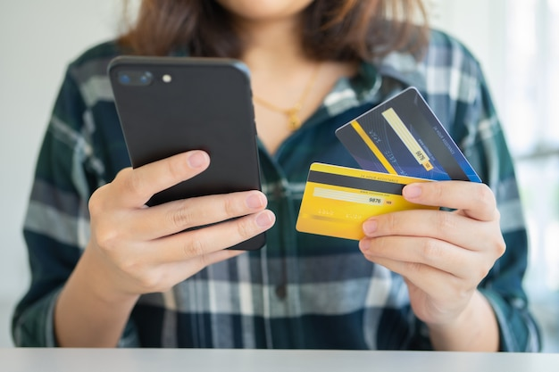 Compras en línea con servicio de entrega de teléfonos inteligentes y bolsas de compras