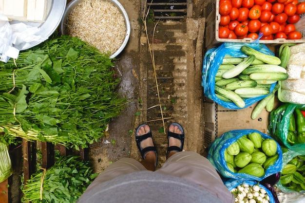 De compras en el mercado callejero de asia