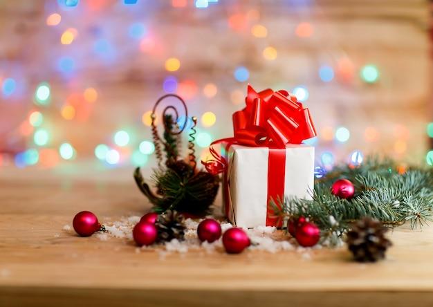 Compras navideñas en una caja blanca con un lazo rojo