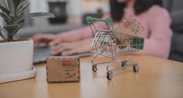 Compras online y buena entrega. estilo de vida de la mujer asiática en la sala de estar en casa. distanciamiento social y nueva normalidad.