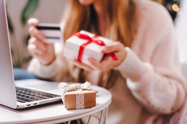 Compras online en vacaciones con tarjeta de crédito y portátil.