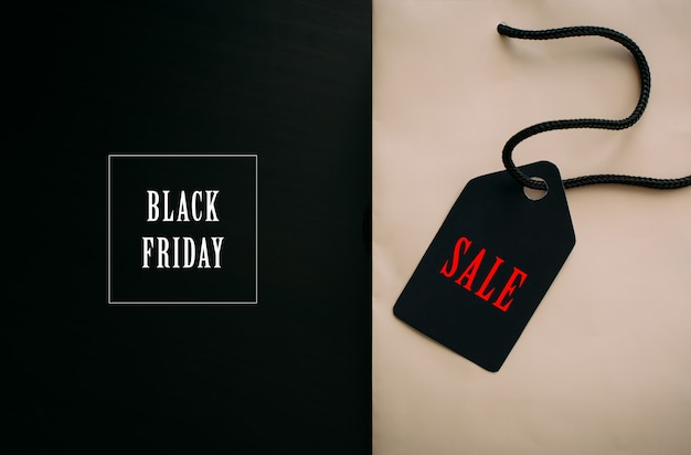 Compras, rebajas, viernes negro, descuentos: bolsa de papel con asas negras y letras elegantes.