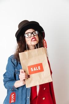 Compras venta mujer mostrando bolsa con venta escrita