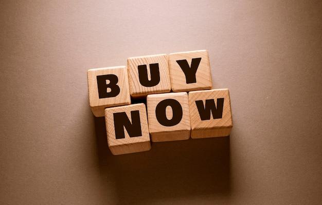 Compre ahora word escrito en cubos de madera