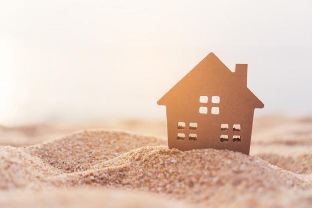 Compre la pantalla del icono en el modelo de una pequeña casa con fondo verde de la naturaleza. concepto de vida soñada.