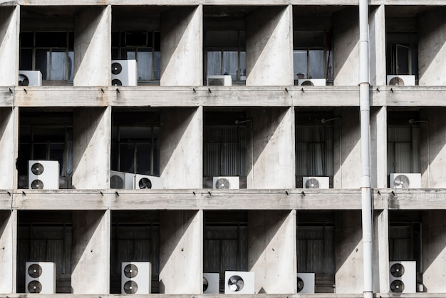 Compresor de aire fuera de edificio alto